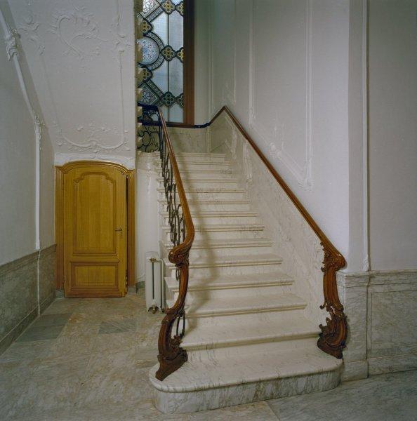 Interieur_trappenhuis,_detail_trap-_wit_marmer,_houten_trapleuning,_aanzetklauwen_en_ijzeren_gietwerk_-_Dordrecht_-_20337201_-_RCE