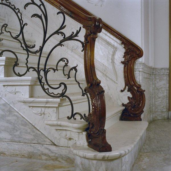 Interieur_trappenhuis,_marmeren_trap_met_houten_trapleuning,_pleisterwerk_en_schuifraam_met_gekleurd_glas_-_Dordrecht_-_20337200_-_RCE