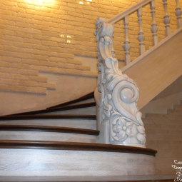 Комбинированная лестница: белые поручни и балясины, темно-коричневые ступени