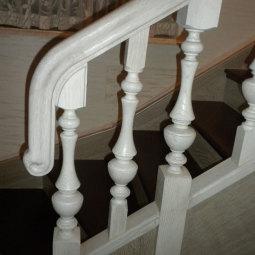 Прямая лестница: белые перила, темно-коричневые ступени.