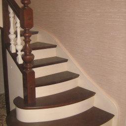 Комбинированная лестница: белые балясины, темно-коричневые ступени и поручни.