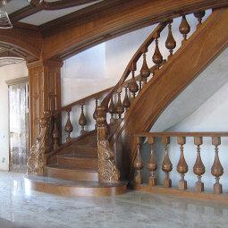 Маршевая темно-коричневая лестница.